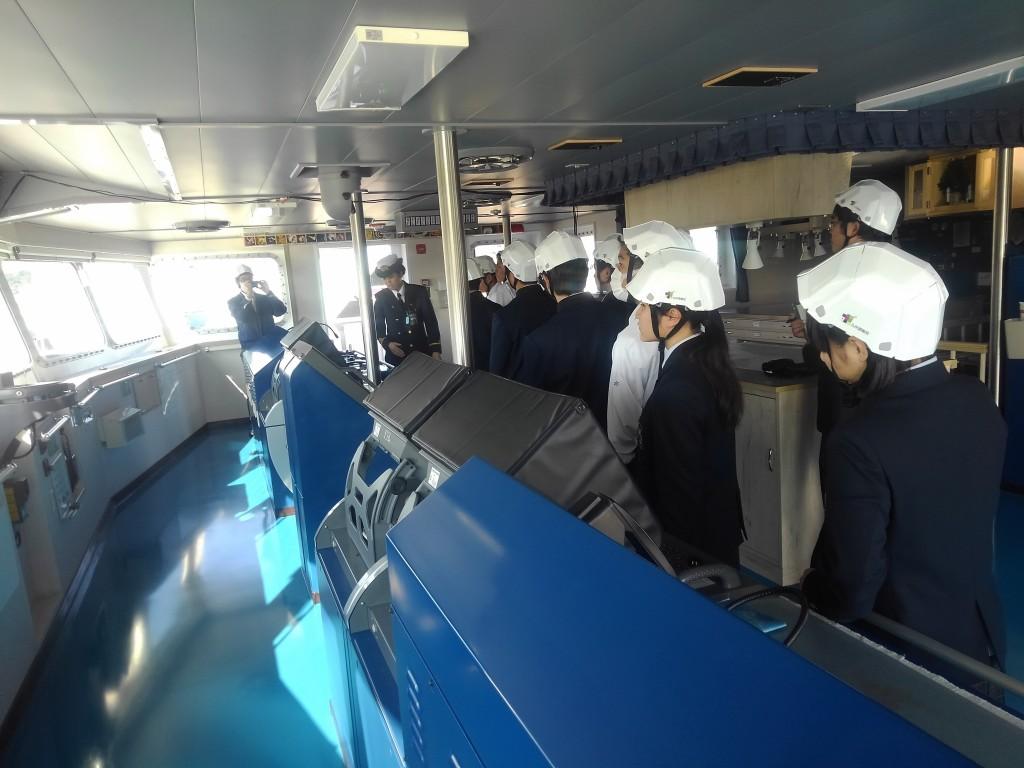 6.操舵室見学(女性航海士説明)